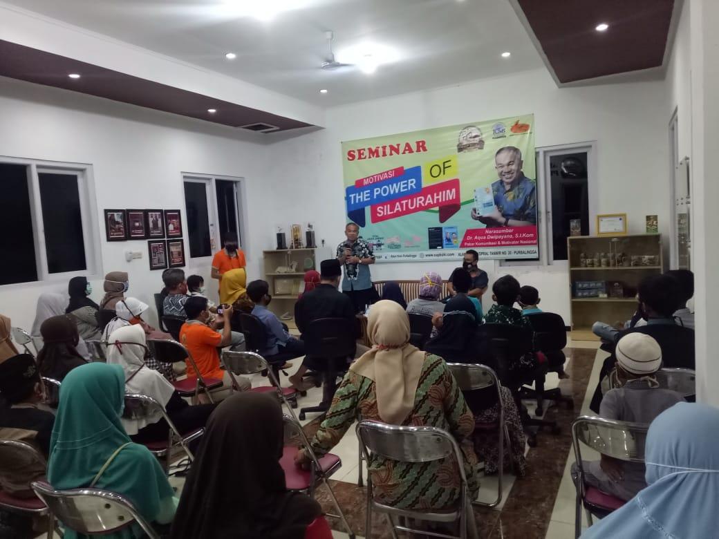 Dr Aqua Dwipayana sedang melaksanakan Sharing Komunikasi dan Motivasi kepada peserta anak yatim piatu di Abon Koki. (Foto: Dok/Tugu Jatim)