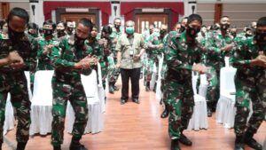 Pak Aqua berada di tengah peserta Sharing Komunikasi dan Motivasi. (Foto: Dok/Tugu Jatim)