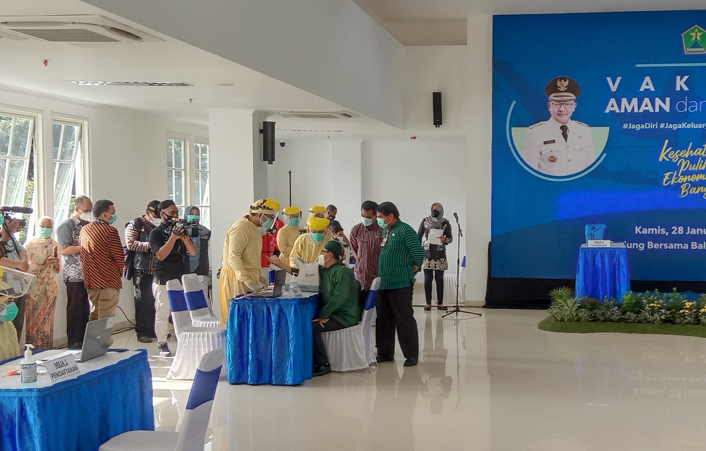 Wali Kota Malang Sutiaji memantau persiapan pelaksanaan vaksinasi Covid-19 pertama kepada 12 tokoh publik di Kota Malang. (Foto: Fen/Tugu Jatim)