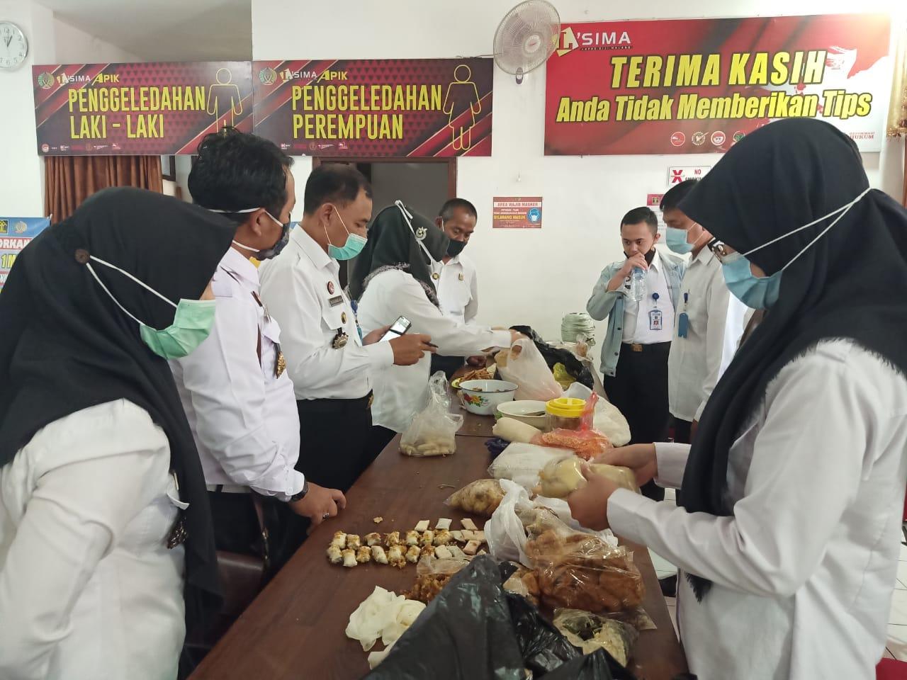 Sebanyak 50 poket kecil isi tembakau diduga narkoba ditemukan di dalam kepalan mendol, makanan khas Malang. Makanan ini akan dikirim ke warga binaan di Lapas Klas I Lowokwaru, Malang. (Foto: Humas Lapas Lowokwaru/Tugu Jatim)