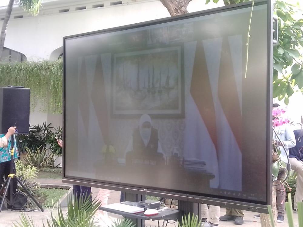 Gubernur Jawa Timur Khofifah Indar Parawansa mengikuti kegiatan vaksinasi sinovac tahap kedua melalui virtual di Surabaya, Jatim. (Foto: Rangga Aji/Tugu Jatim)