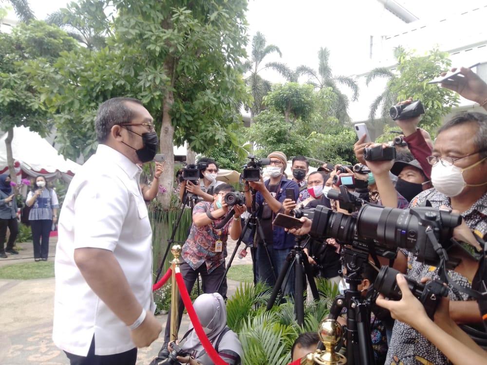 Wakil Ketua DPRD Jawa Timur Sahat Tua Simanjuntak saat wawancara setelah menjalani vaksinasi sinovac tahap kedua di Kantor Gubernur, Surabaya. (Foto: Rangga Aji/Tugu Jatim)