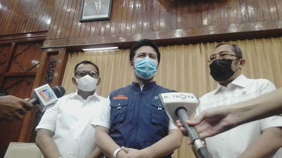 Wakil Gubernur Jawa Timur Emil Dardak diwawancara pasca mengikuti vaksin tahap kedua di Kantor Gubernur Jawa Timur, Surabaya. (Foto: Rangga Aji/Tugu Jatim)