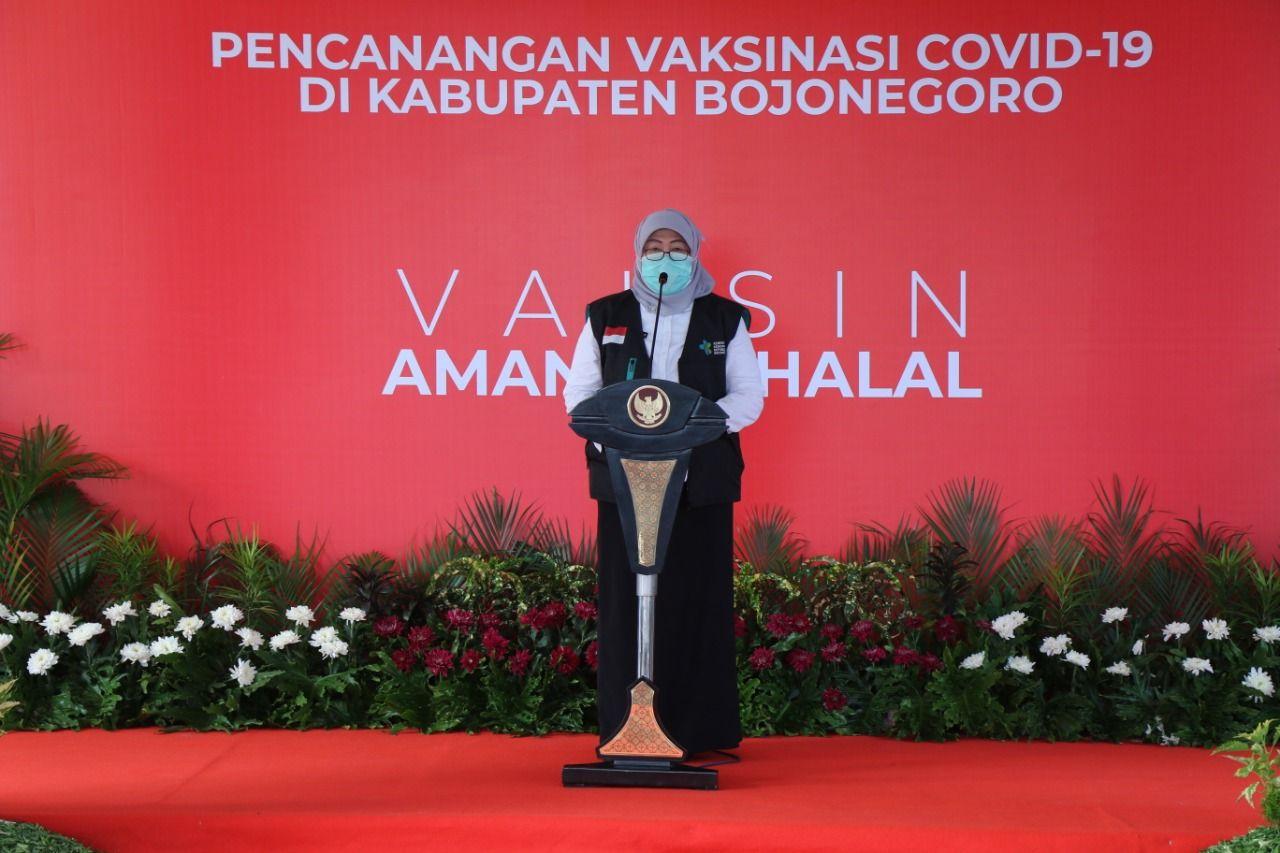 Kepala Dinas Kesehatan Kabupaten Bojonegoro Ani Pujiningrum saat melakukan sambutan saat akan melakukan vaksinasi Covid-19. (Foto: Mila Arinda/Tugu Jatim)