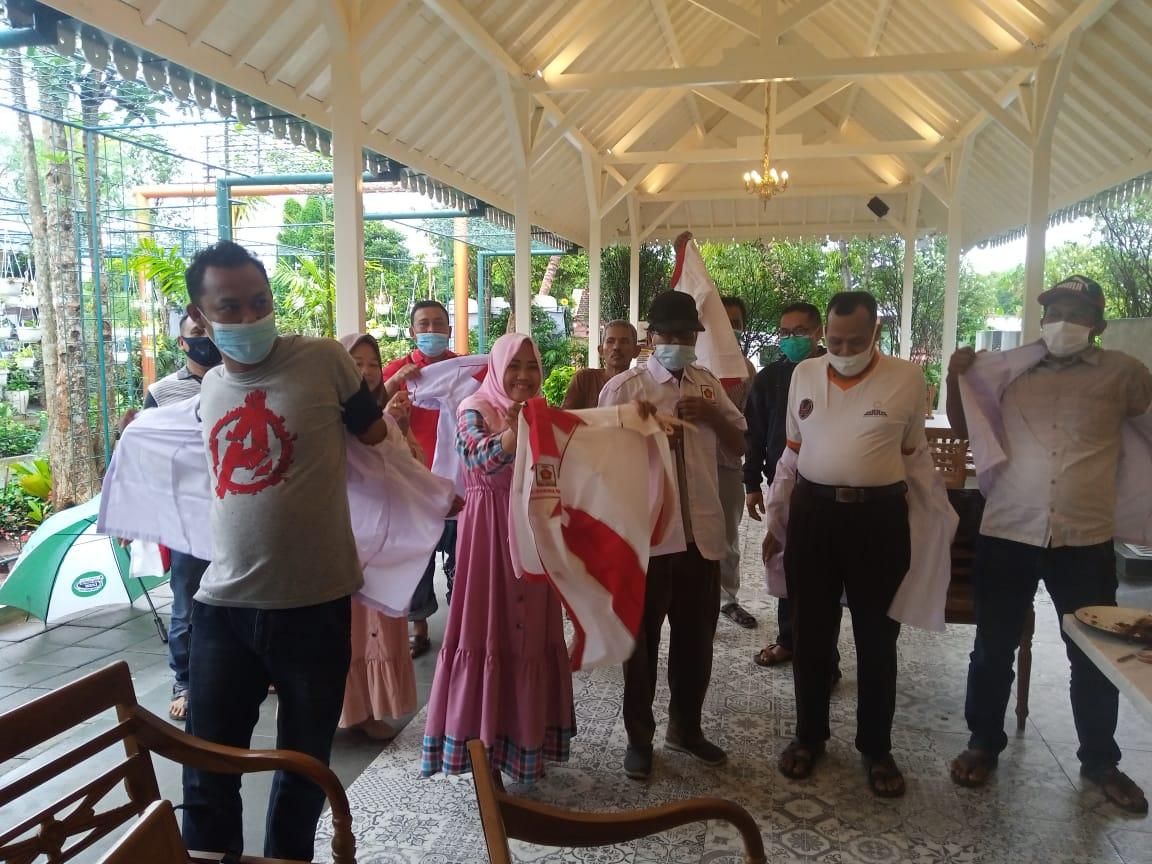 Sebanyak 13 ketua DPC Partai Gerindra di Kabupaten Tuban melepas seragam baju partai sebagai tanda pengunduran diri dari kepengurusan. Mereka mundur sebagai kader karena tidak percaya dengan kepengurusan DPC. (Foto: Dok/Tugu Jatim)