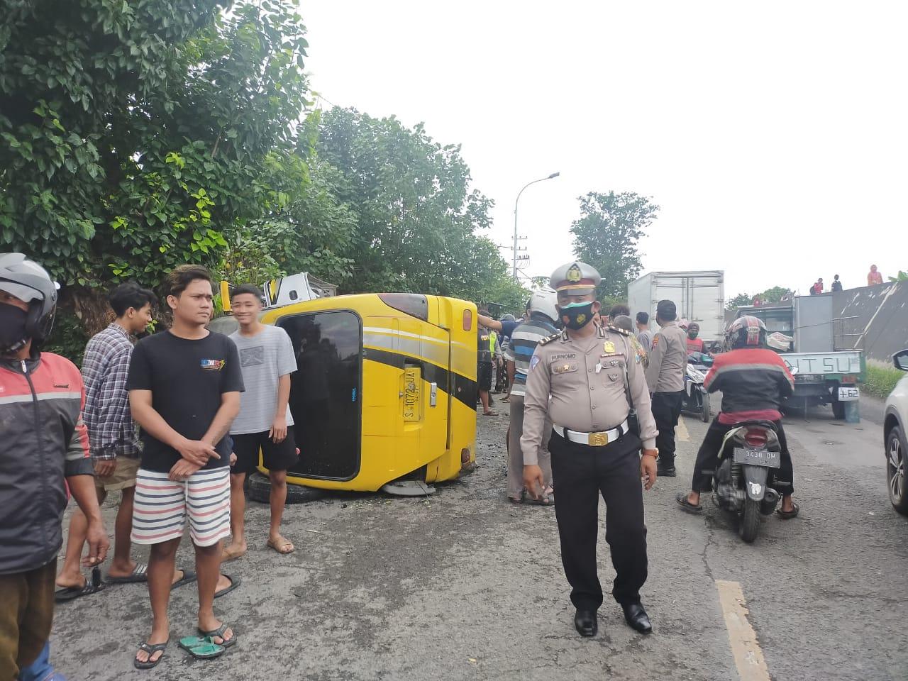 Mobil Elf terguling di Jl Patung Sapi, Desa Banaran, Kecamatan Babat, Lamongan. (Foto: Kanit Lantas Polsek Babat/Tugu Jatim)