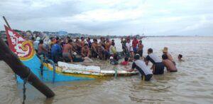 Evakuasi perahu karam akibat gelombang besar di Kabupaten Tuban. (Foto: Humas BPBD Tuban/Tugu Jatim)