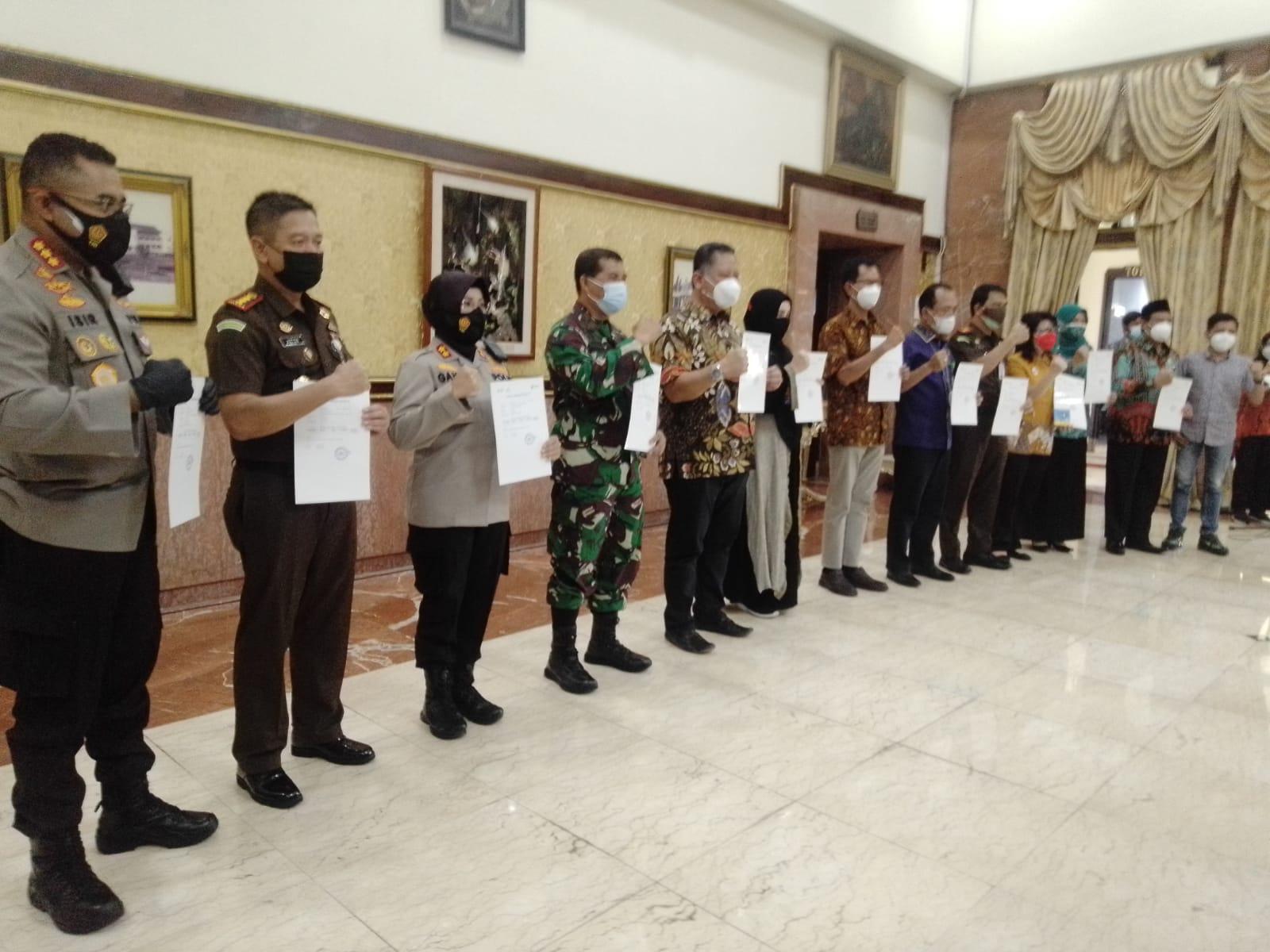 Sebanyak 16 penerima vaksin sinovac tahap kedua yang terdiri dari jajaran forkopimda dan tokoh masyarakat pada Jumat (29/01/2021), di Balai Kota Surabaya. Untuk kalangan menengah ke atas diharapkan bisa vaksinasi secara mandiri. (Foto: Rangga Aji/Tugu Malang)