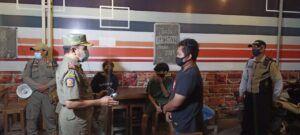 Operasi yustisi yang dilakukan petugas gabungan di Tuban.(Foto: Humas Satpol PP Tuban/Tugu Jatim)