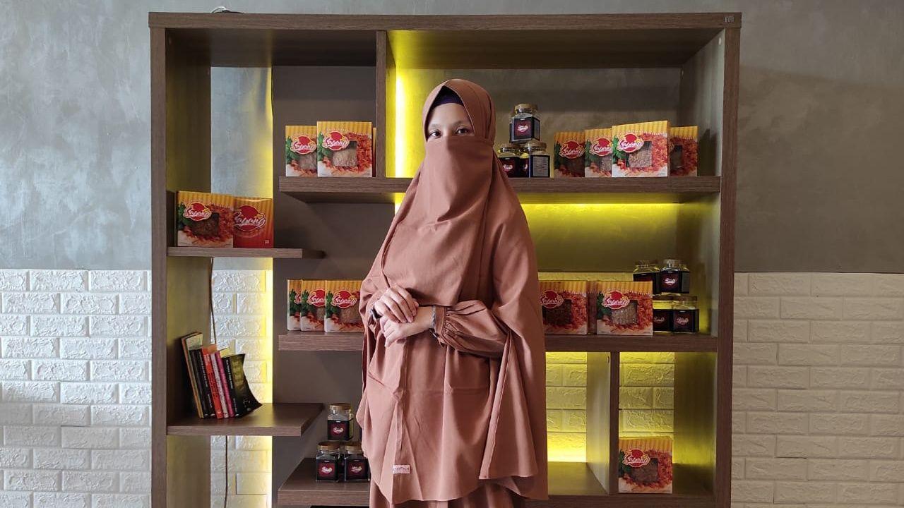 """Khatarine Paula, pengusaha muda yang sukses dengan brand ayam suwir cap """"Sayang"""", berada di tempat usahanya, Jalan Pahlawan Nomor 97, Kedungwaru, Tulungagung, Jatim. (Foto: Dok/Tugu Jatim)"""