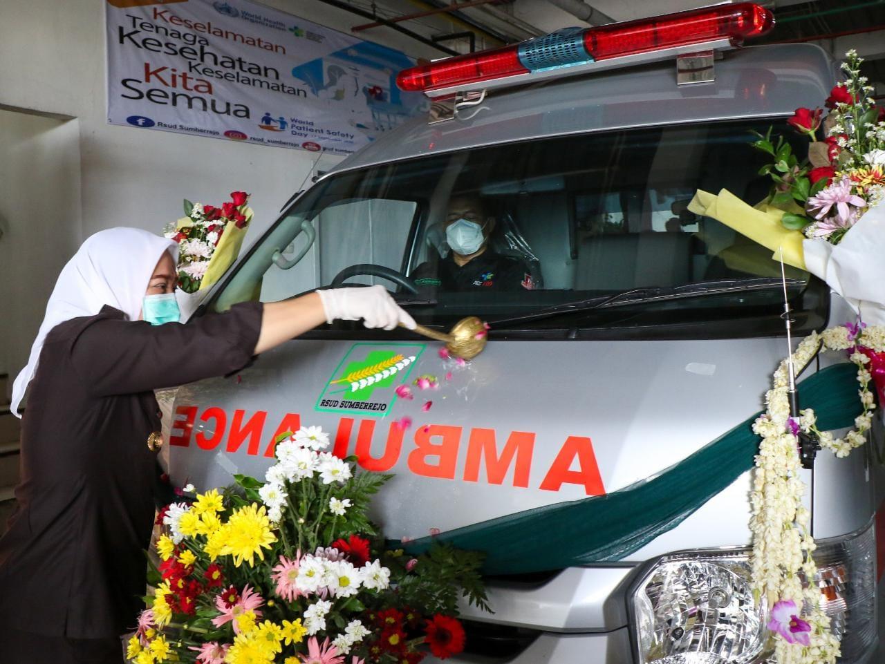 Bupati Bojonegoro, Anna Mu'awanah saat meresmikan ambulans di RSUD Sumberrejo, Bojonegoro. (Foto: Humas Pemkab Bojonegoro/Tugu Jatim)