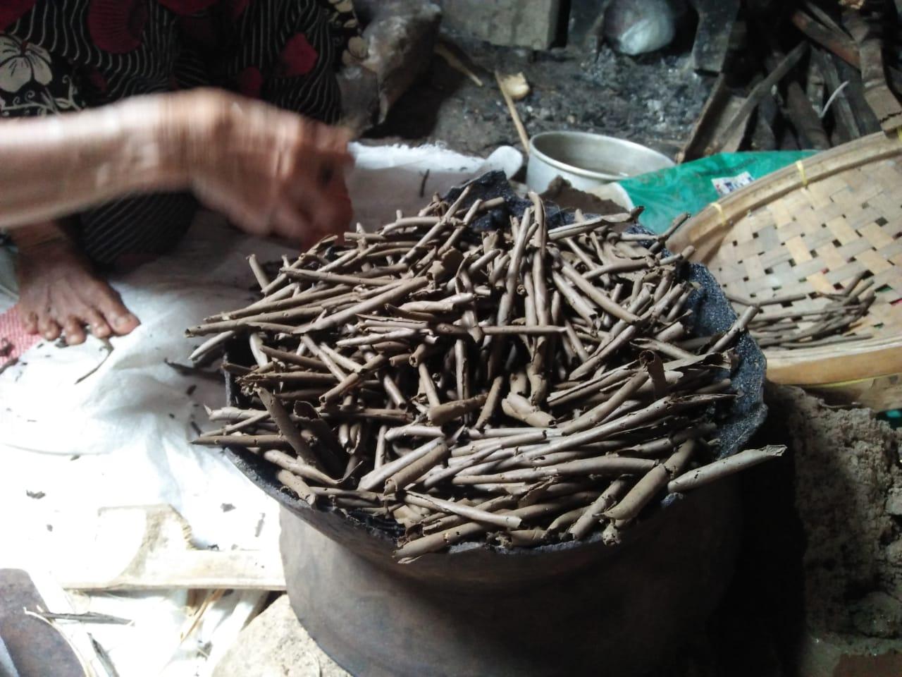 Ampo, makanan tradisional khas Tuban yang terbuat dari tanah liat. (Foto: Moch Abdurrochim/Tugu Jatim)
