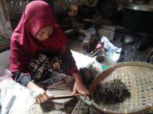 Proses pembuatan ampo, makanan tradisional khas Tuban. (Foto: Moch Abdurrochim/Tugu Jatim)
