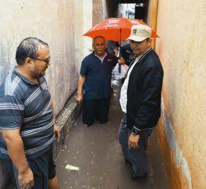 Anggota Komisi C Fraksi PKS DPRD Kota Malang Ahmad Fuad Rahman saat meninjau lokasi banjir di Jalan Letjend Sutoyo, Kota Malang, Selasa (5/1/2021). (Foto : Dok)