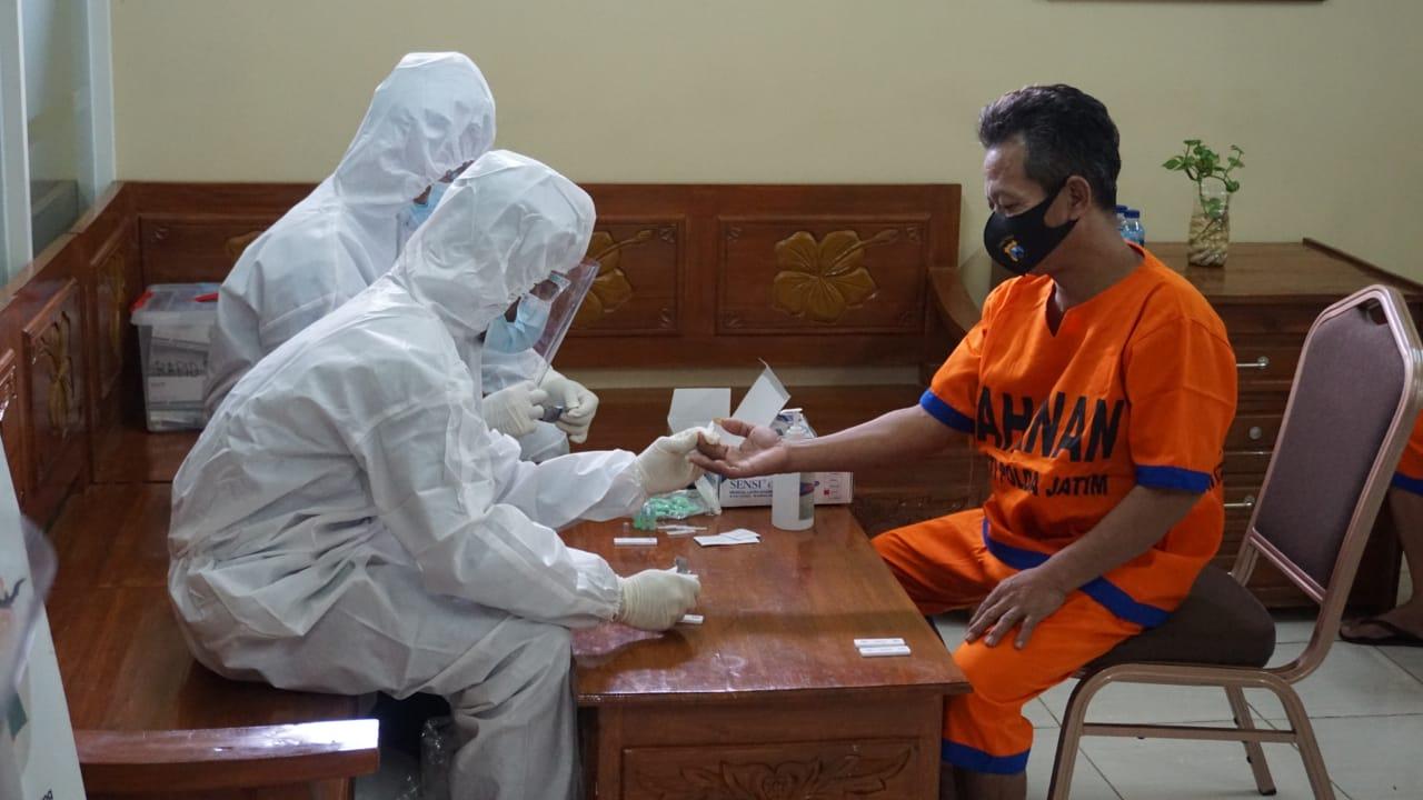 Tahanan tengah menjalani pemeriksaan kesehatan dan rapid test. (Foto: Rangga Aji/Tugu Jatim)