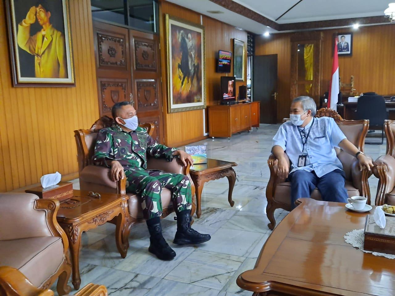 Pangdam IV/Diponegoro Mayjen TNI Bakti Agus Fadjari bersama Dr Aqua Dwipayana. (Foto: Dokumen)