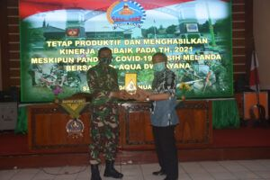 Dr Aqua Dwipayana (kanan) menerima plakat kenang-kenangan dari Danrem 073/Makutarama Salatiga Kolonel Inf Ari Yulianto. (Foto: Dokumen)