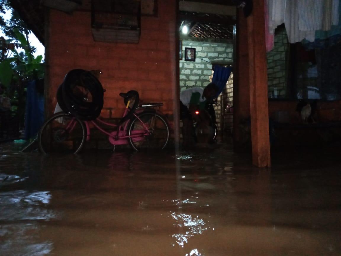 Banjir yang terjadi di Tuban, Jumat (8/1/2021) malam. (Foto: Moch Abdurrochim/gg)