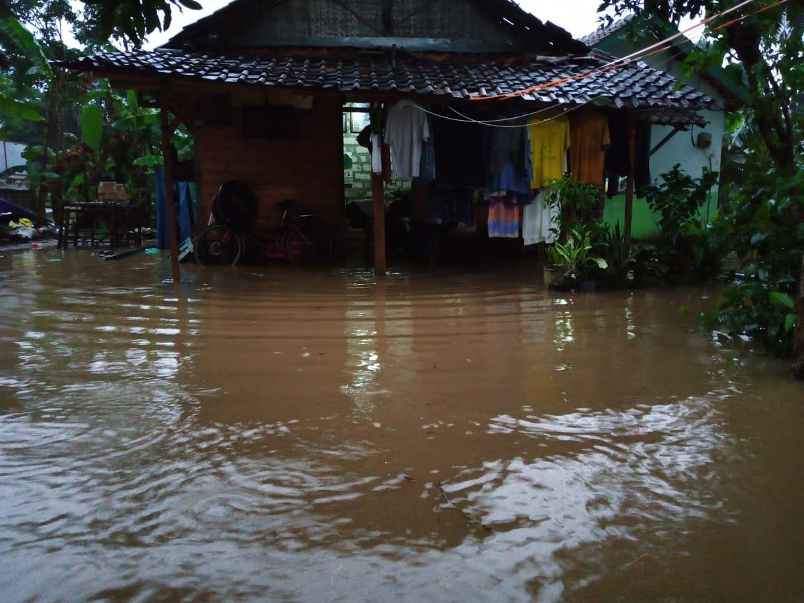 Banjir di wilayah Tuban yang merendam 2 desa. (Foto: Moch Abdurrochim/Tugu Jatim)
