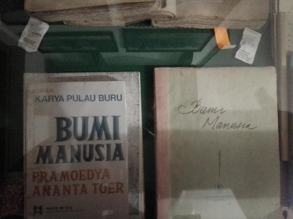 Buku pertama dari Tetralogi Pulau Buru karya Pramoedya Ananta Toer yang tersimpan di Perpustakaan Medayu Agung Surabaya. (Foto: Rangga Aji/Tugu Jatim)
