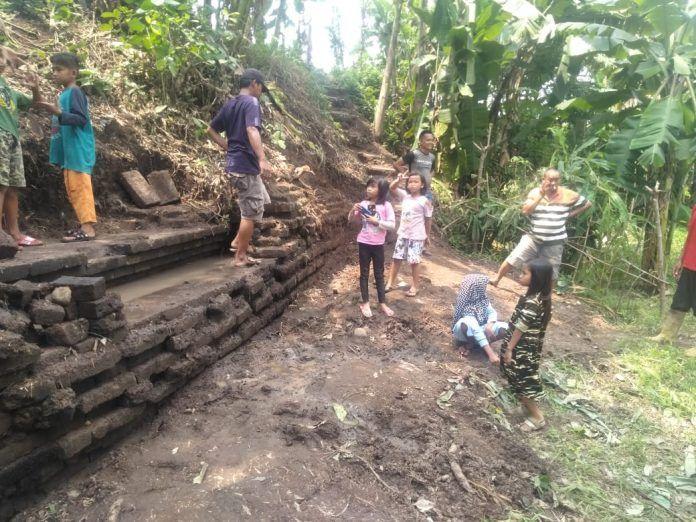 Temuan struktur batu bata yang diduga merupakan saluran air dekat Candi Belahan, Pasuruan. (Foto: YouTube/Arkeovlog Indo)