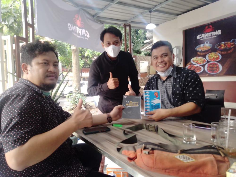 CEO Tugu Media Group, Irham Thoriq; General Manager Tugu Jatim, Bayu Eka Novanta, dan pemilik restoran seafood Capiting, Yudha Setiawan. (Foto: Rangga Aji/Tugu Jatim)