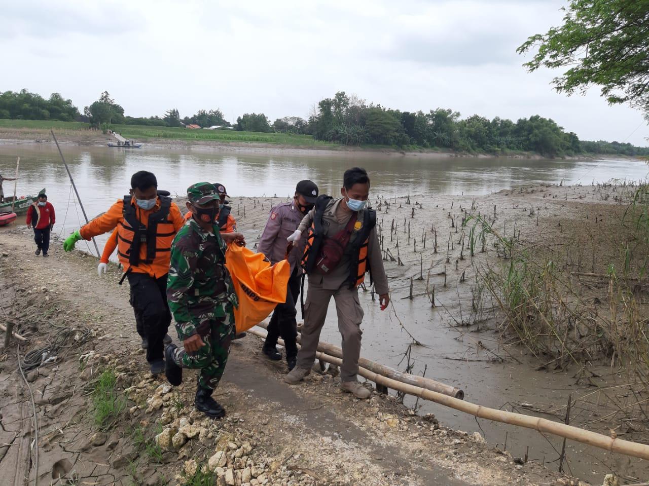 Petugas BPBD Kabupaten Tuban saat mengevakuasi korban yang terapung di Sungai Bengaawan Solo, Rabu (20/1/2021). (Foto: BPBD Tuban)