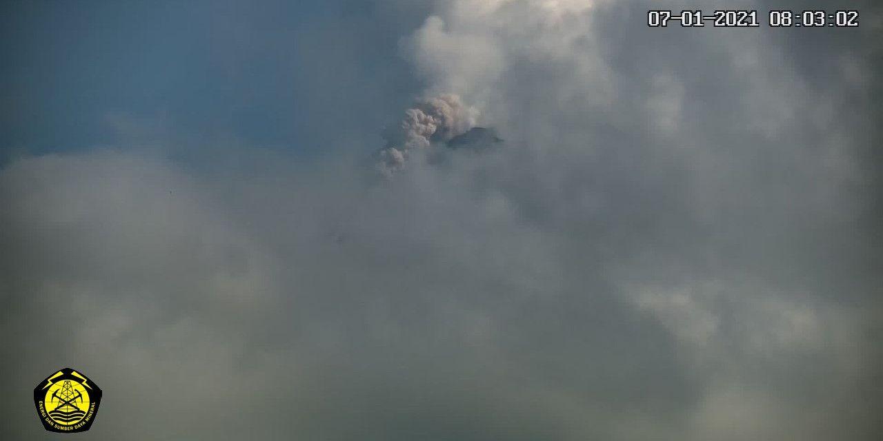 Gunung Merapi mengeluarkan guguran awan panas yang diamati oleh Badan Geologi. (Foto: BPPTKG)