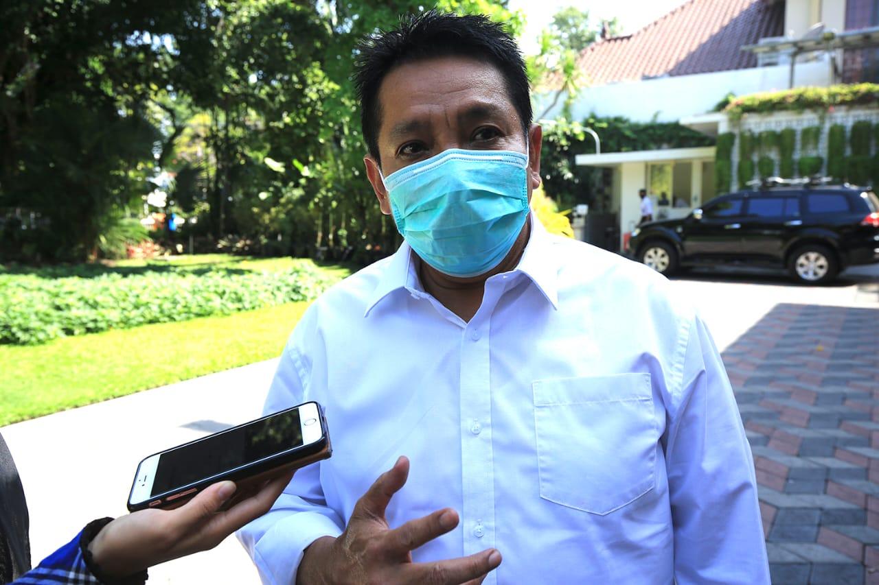 Kepala Dinas Penanaman Modal dan Pelayanan Terpadu Satu Pintu (DPM-PTSP), M Taswin sedang menemui wartawan di Balai Kota Surabaya pada Rabu (20/01/2021). (Foto: Humas Pemkot Surabaya)