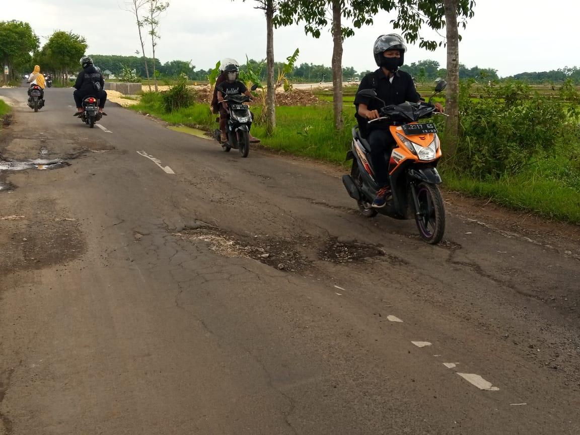 Jalan desa di Tuban yang rusak akibat sering dilalui kendaraan proyek. (Foto: Moch Abdurrochim/Tugu Jatim)