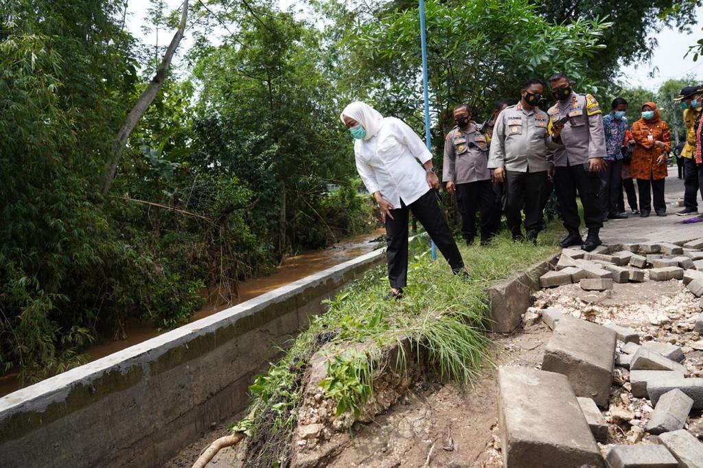 Bupati Bojonegoro, Anna Muawanah melakukan peninjauan jembatan ambrol di wilayah Kecamatan Dander (Foto: Humas Pemkab Bojonegoro)