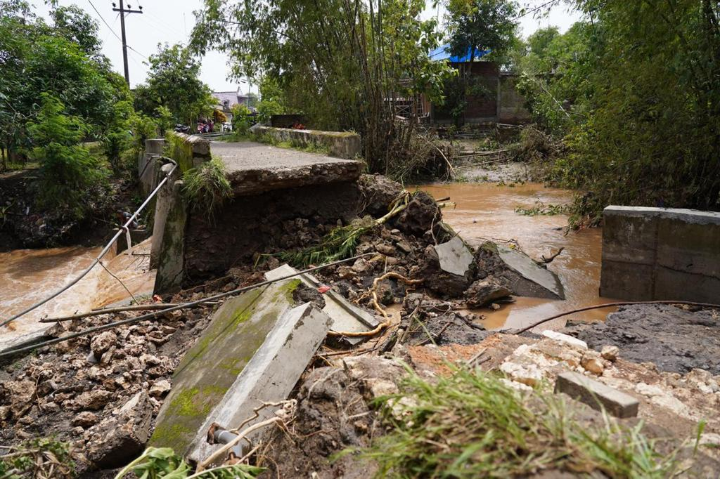 Jembatan penghubung Desa Jatiblimbing dan Desa Ngraseh di Bojonegoro yang ambrol diterjang banjir. (Foto: Humas Pemkab Bojonegoro)