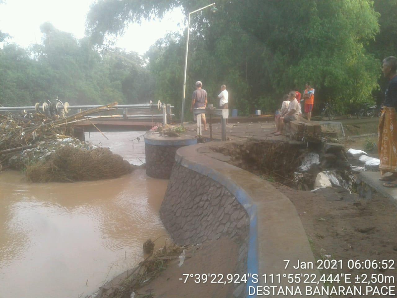 Aliran di salah satu sungai di Nganjuk yang tersumbat sampah dan mengakibatkan banjir. (Foto: BPBD Nganjuk)
