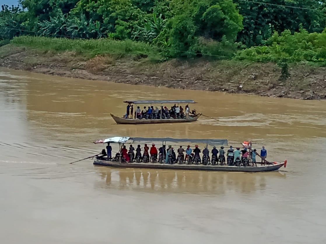 Jasa penyeberangan bagi warga Bojonegoro yang akan pergi ke Blora begitu sebaliknya. (Foto: Mila Arinda Putri/Tugu Jatim) perahu penyeberangan