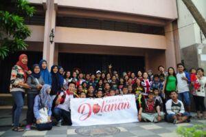 Para anggota komunitas Kampoeng Dolanan Surabaya. (Foto: Dokumen/Kampoeng Dolanan Surabaya) tugu jatim