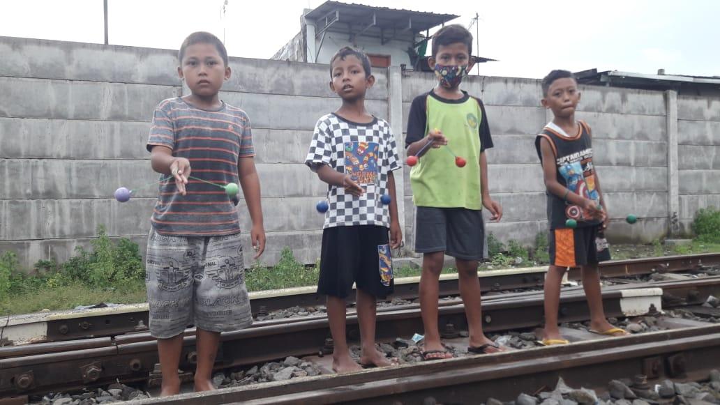 Suasana anak-anak ketika bermain di Kampoeng Dolanan Surabaya yang terletak di pinggir rel kereta api. (Foto: Rangga Aji/Tugu Jatim) Kampoeng dolanan tugu jatim