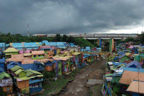 Ilustrasi permukiman di sempadan sungai di Kampung Warna Jodipan (KWJ) yang rawan longsor. (Foto: Ben/Tugu Malang/Tugu Jatim)