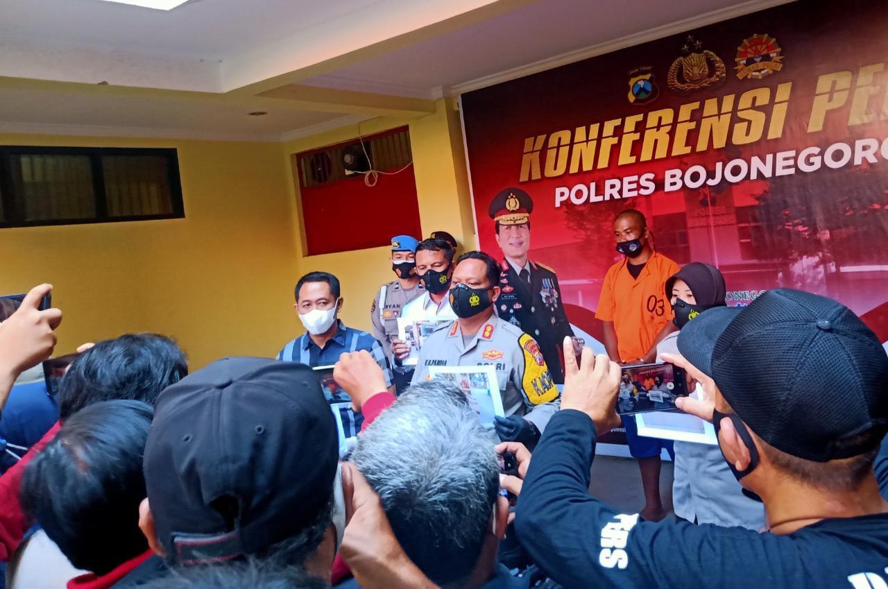 Sesi konferensi pers kasus pencurian kayu atau illegal logging di Polres Bojoneogoro, Selasa (26/1/2021). (Foto: Mila Arinda/Tugu Jatim)