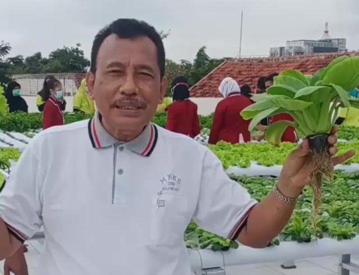 Kepala sekolah SMPN2 Bojonegoro, saat menjelaskan mengenai inovasi penanaman sayur di atap gedung sekolah. (Foto: Instagram SMPN 2 Bojonegoro)