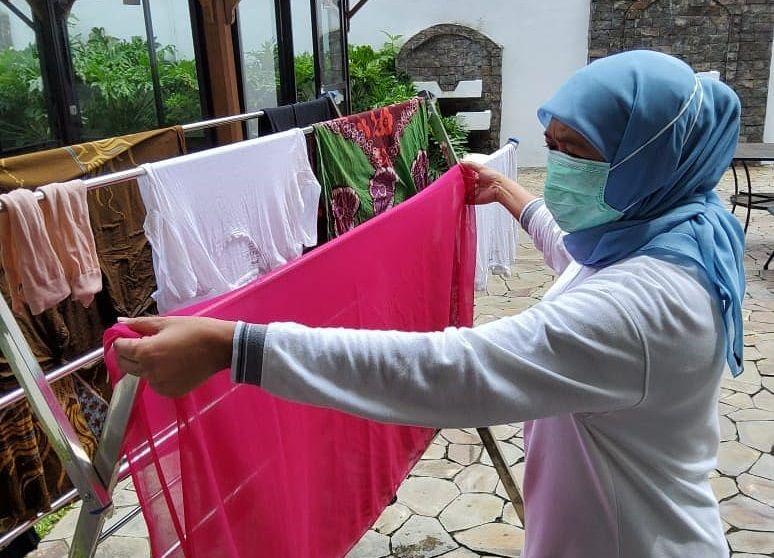 Gubernur Khofifah yang melakukan keseharian dengan mencuci baju usai dinyatakan positif OVID-19. (Foto: Instagram Khofifah)
