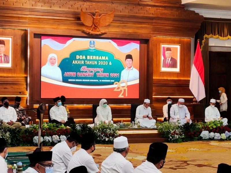 Gubernur Jatim Khofifah Indar Parawansa saat menggelar doa bersama akhir tahun. (Foto: Kominfo Jatim)