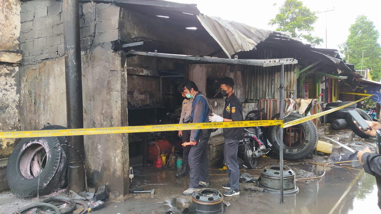 Kios tambal ban di Jalan Bingkil, terusan jalan Halmahera dekat Depo PT Pertamina habis terbakar, Senin (4/1/2021) siang. Kini sudah dipasang garis polisi (police line) Foto : Azmy