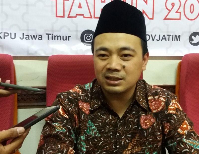 Komisioner KPU Jatim, M Arbayanto sedang diwawancara oleh pewarta di Surabaya. (Dokumen/Kominfo Jatim)