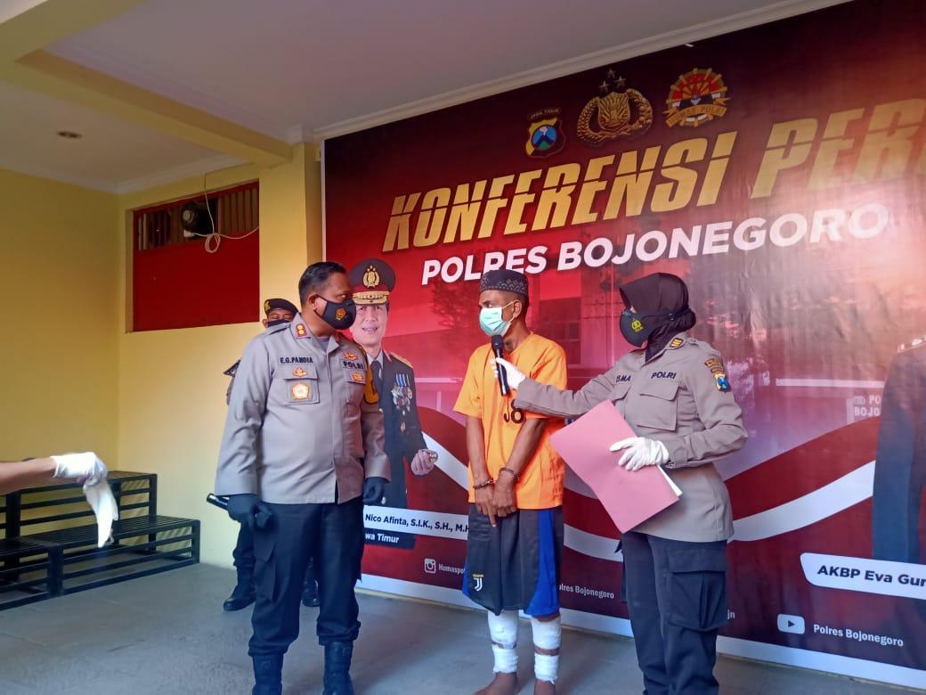 Kapolres Bojonegoro AKBP Eva Guna Pandia melakukan interogasi kepada pelaku pencurian saat sesi konferensi pers, Selasa (26/1/2021). (Foto: Mila Arinda/Tugu Jatim)