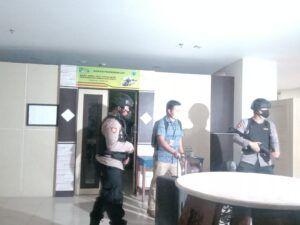 Para petugas KPK tampak membawa koper usai periksa 3 OPD Kota Batu. (Foto: Fen/Tugu Malang/Tugu Jatim)