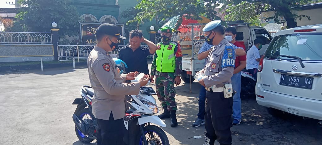 Koramil 0819/12 Purwosari bersama Forkopimka mensosialisasikan PPKM dilakukan di Pasar Baru dan jalan desa Bakalan Kecamatan Purwosari Pasuruan, Jumat (22/01/21). (Foto: Dokumen)