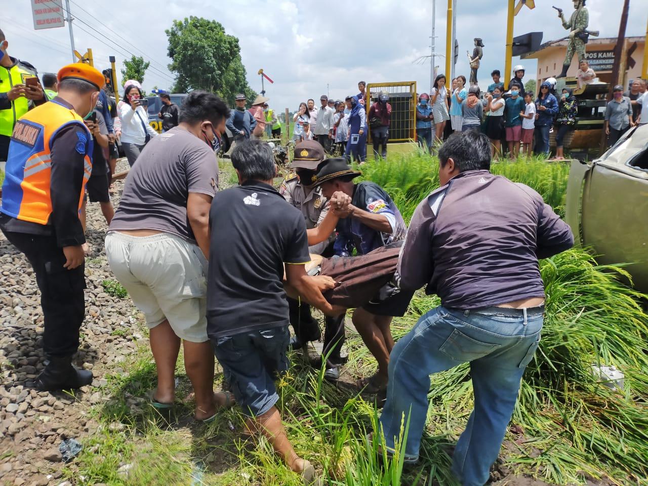 Kecelakaan kereta api menabrak minibus di Malang, Selasa (26/1/2021). (Foto: Humas Polres Malang)
