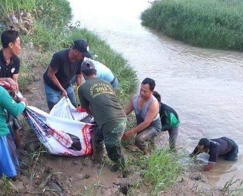 Proses evakuasi korban tenggelan di Sungai Avour Suru, Tuban. (Foto: Dokumen Warga)