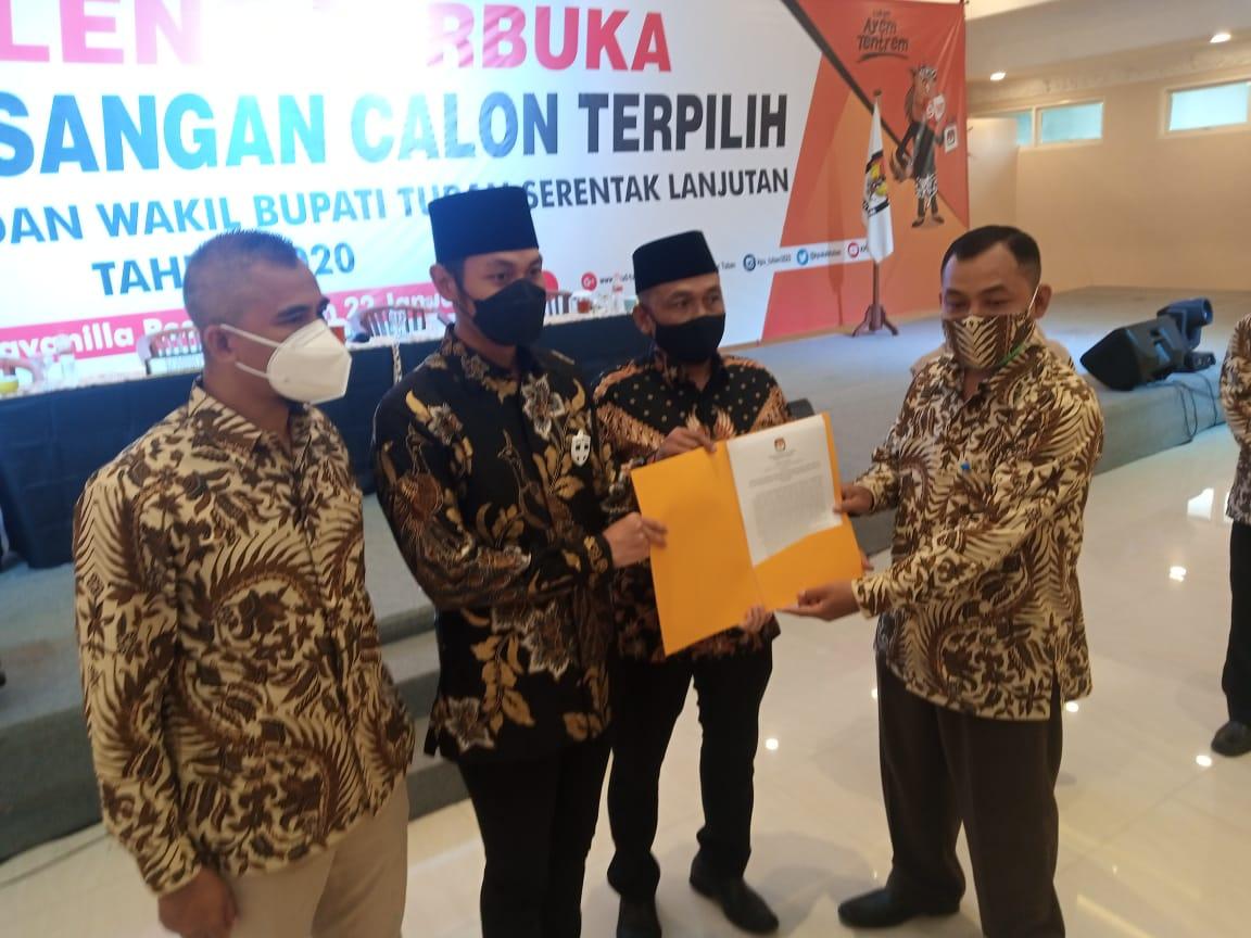 Ketua KPU Tuban, Fatkul Iksan menyerahkan SK penetapan Paslon terpilih di Pilbup Tuban 2020 kepada Halindra Faridky dan Riyadi. (Foto: Moch Abdurrochim/Tugu Jatim)