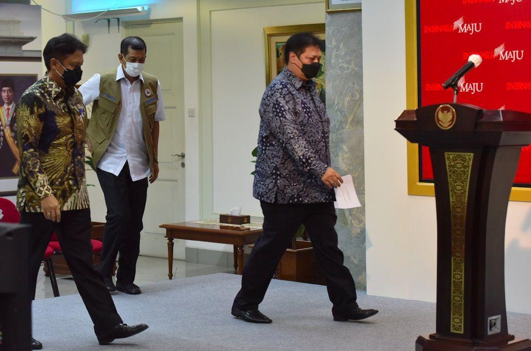 Menkes Budi Gunadi Sadikin, Menko Perekonomian Airlangga Hartarto, dan Ketua Satgas Penanganan COVID-19 Doni Monardo saat menyampaikan keterangan pers, di Kantor Presiden, Jakarta, Rabu (06/01/2021) siang. (Foto: Sekretaris Kabinet)